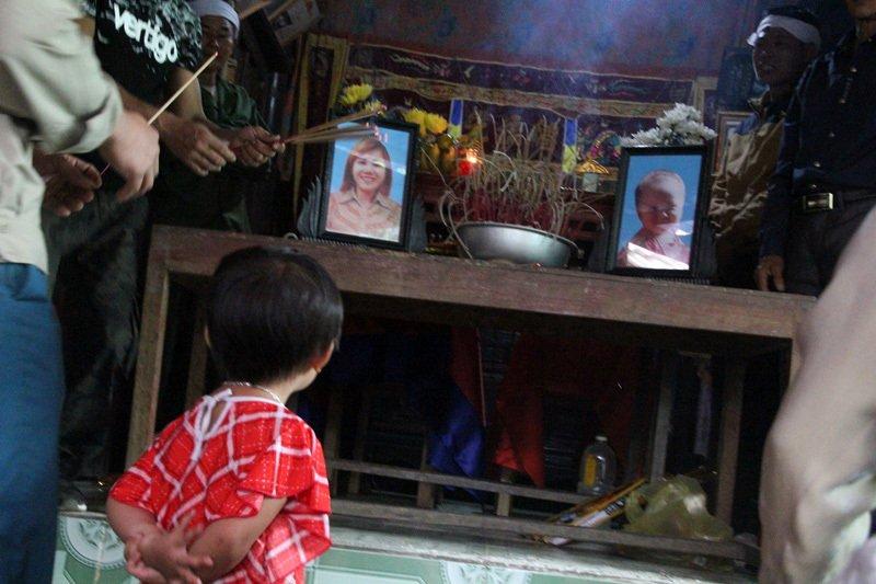 Nghẹn lòng lý do mẹ và con trai 18 tháng chết treo cổ-1