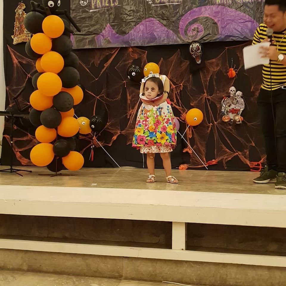 Cân hết mọi loại ma quỷ, cô bé Philippines nổi tiếng toàn cầu với màn ôm đầu đi xin kẹo Halloween-1