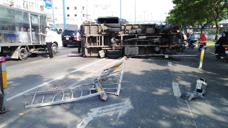 Nhiều người vứt xe, chạy thục mạng khi ô tô tải đại náo phố Sài Gòn-1
