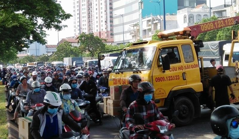 Nhiều người vứt xe, chạy thục mạng khi ô tô tải đại náo phố Sài Gòn-4