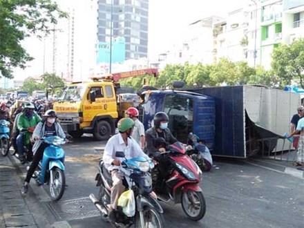 Nhiều người vứt xe, chạy thục mạng khi ô tô tải 'đại náo' phố Sài Gòn