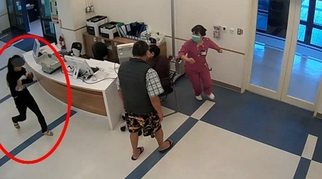 Mẹ trẻ ẵm xác con gái 2 tháng tuổi trốn khỏi bệnh viện, biết lai lịch người mẹ và nguyên nhân cái chết của bé ai cũng phẫn nộ-2