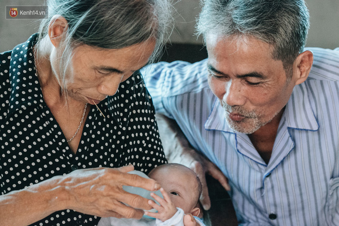 Cuộc sống của 2 đứa trẻ sau vụ cháy lớn ở Đê La Thành: Con chỉ biết pha sữa chứ không dám bế em, sợ em ngã-10