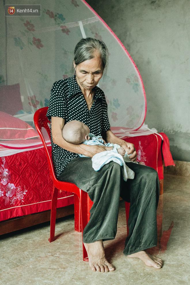 Cuộc sống của 2 đứa trẻ sau vụ cháy lớn ở Đê La Thành: Con chỉ biết pha sữa chứ không dám bế em, sợ em ngã-12