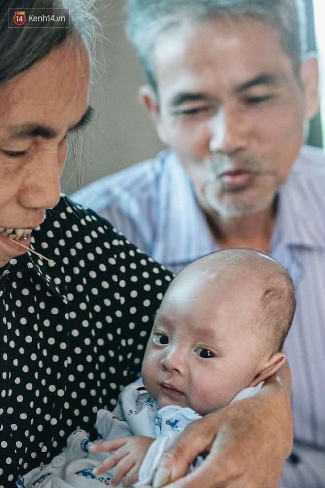 Cuộc sống của 2 đứa trẻ sau vụ cháy lớn ở Đê La Thành: Con chỉ biết pha sữa chứ không dám bế em, sợ em ngã-13