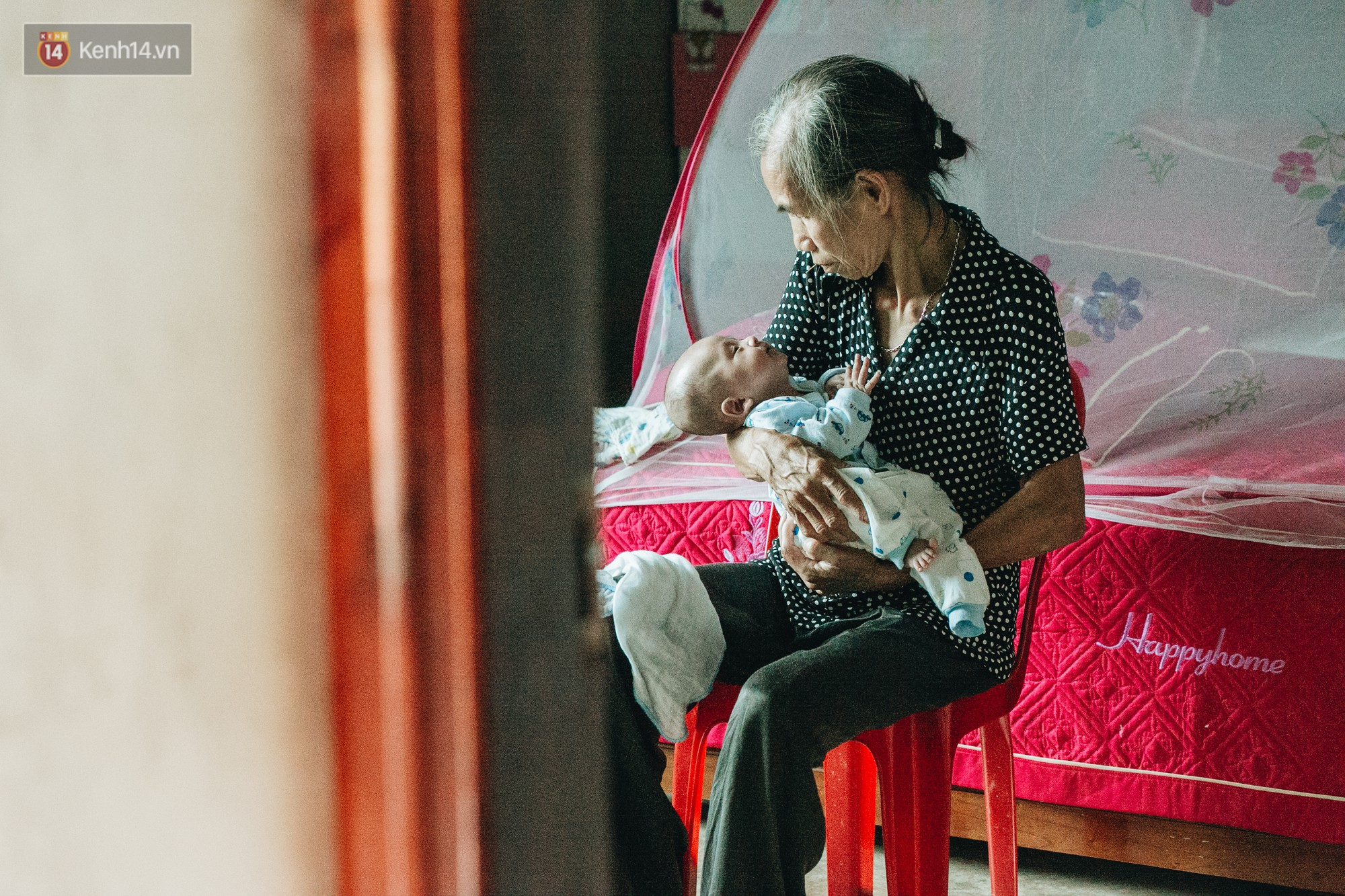 Cuộc sống của 2 đứa trẻ sau vụ cháy lớn ở Đê La Thành: Con chỉ biết pha sữa chứ không dám bế em, sợ em ngã-17