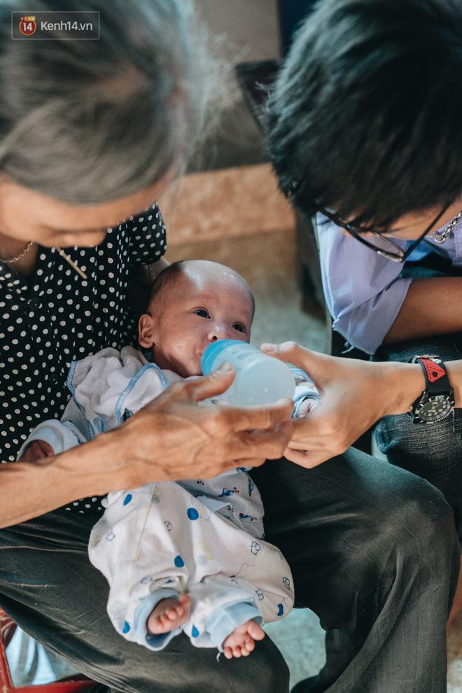 Cuộc sống của 2 đứa trẻ sau vụ cháy lớn ở Đê La Thành: Con chỉ biết pha sữa chứ không dám bế em, sợ em ngã-21