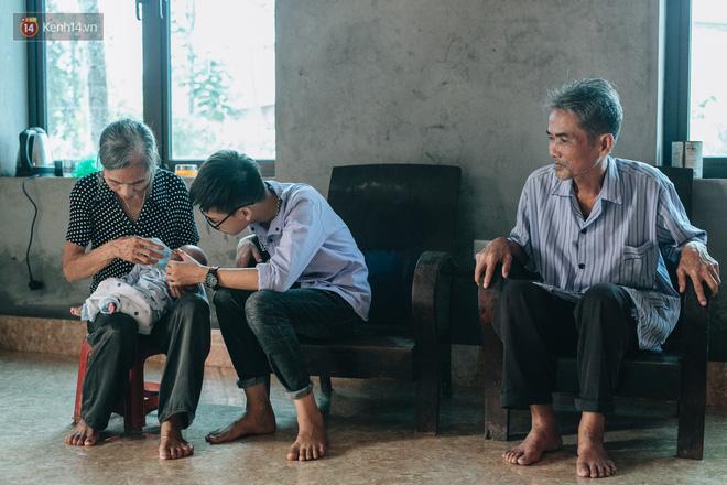 Cuộc sống của 2 đứa trẻ sau vụ cháy lớn ở Đê La Thành: Con chỉ biết pha sữa chứ không dám bế em, sợ em ngã-22