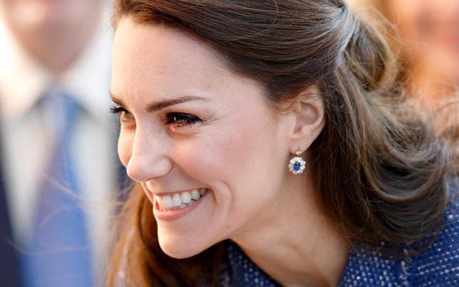 Công nương Kate chẳng bao giờ tiết lộ bí quyết dưỡng da nhưng stylist đã vô tình tiết lộ 5 sản phẩm cô sử dụng-1