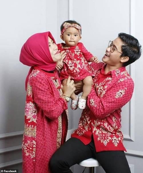 Xót xa bé gái 15 tháng tuổi chết thảm cùng cha mẹ trong tai nạn rơi máy bay ở Indonesia-1