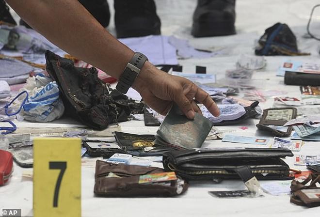 Xót xa bé gái 15 tháng tuổi chết thảm cùng cha mẹ trong tai nạn rơi máy bay ở Indonesia-5