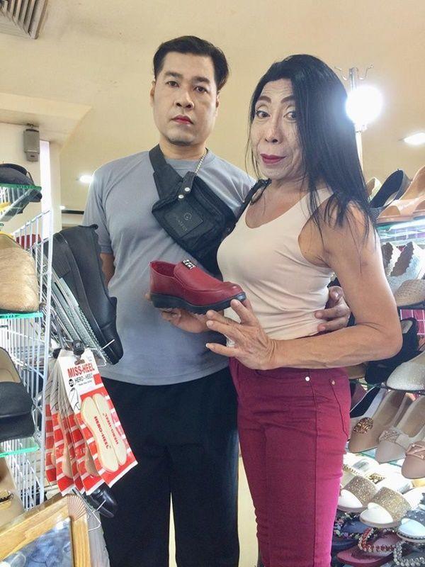 """Gái già"""" chuyển giới Thái Lan gây sốc khi uốn éo hôn tình trẻ trong sinh nhật tuổi 57-1"""
