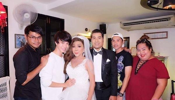 """Gái già"""" chuyển giới Thái Lan gây sốc khi uốn éo hôn tình trẻ trong sinh nhật tuổi 57-3"""