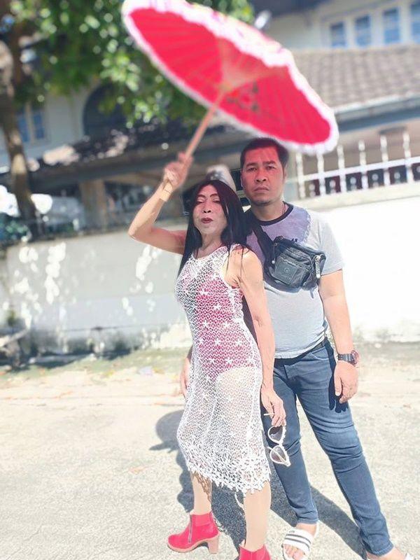 """Gái già"""" chuyển giới Thái Lan gây sốc khi uốn éo hôn tình trẻ trong sinh nhật tuổi 57-4"""