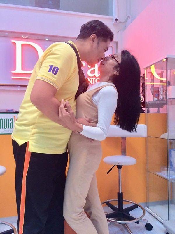 """Gái già"""" chuyển giới Thái Lan gây sốc khi uốn éo hôn tình trẻ trong sinh nhật tuổi 57-5"""