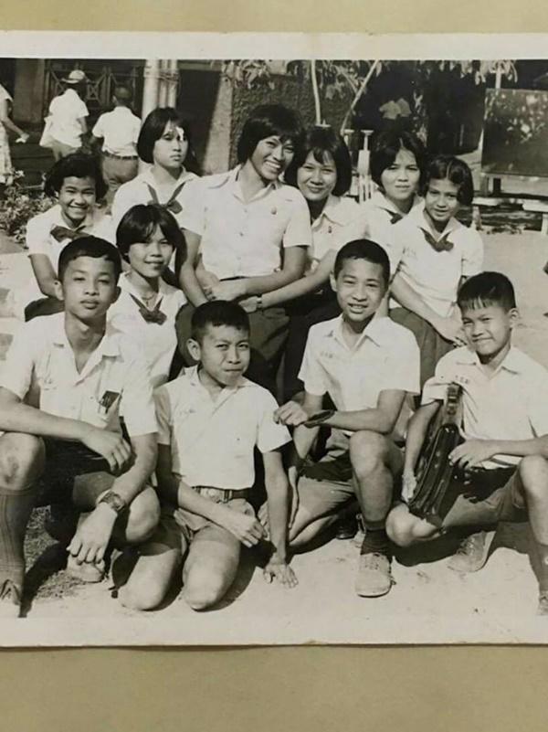 """Gái già"""" chuyển giới Thái Lan gây sốc khi uốn éo hôn tình trẻ trong sinh nhật tuổi 57-7"""