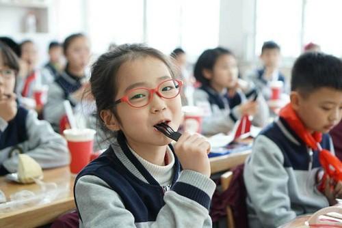Cô bé lớp 5 gây sốt với bài văn: Không cần học cật lực, chỉ cần sống hạnh phúc-1