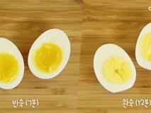Lần tới luộc trứng hãy cho 2 nguyên liệu quen thuộc trong nhà bếp này vào rồi bạn sẽ thấy điều kỳ diệu xảy ra