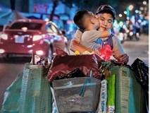 Bức ảnh con hôn cha trên chiếc xe đồng nát - nụ hôn giản dị giữa đời thường khiến bao người xúc động