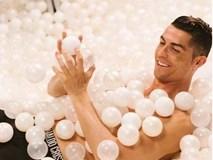 Mặc đồ lót đắm mình trong biển bong bóng, Ronaldo khiến các fan nhìn thôi cũng thấy ngạt thở