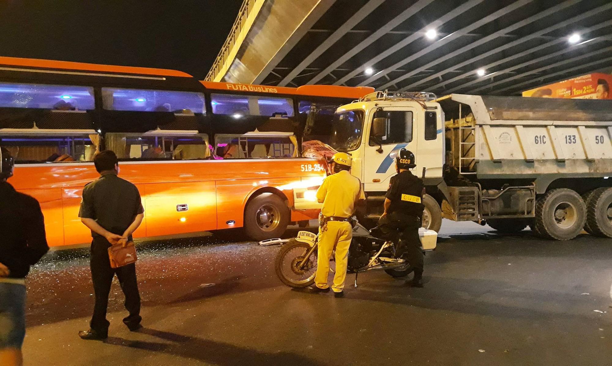 Xe giường nằm Phương Trang bị xe ben húc tại ngã tư Hàng Xanh, hành khách khóc thét kêu cứu-1