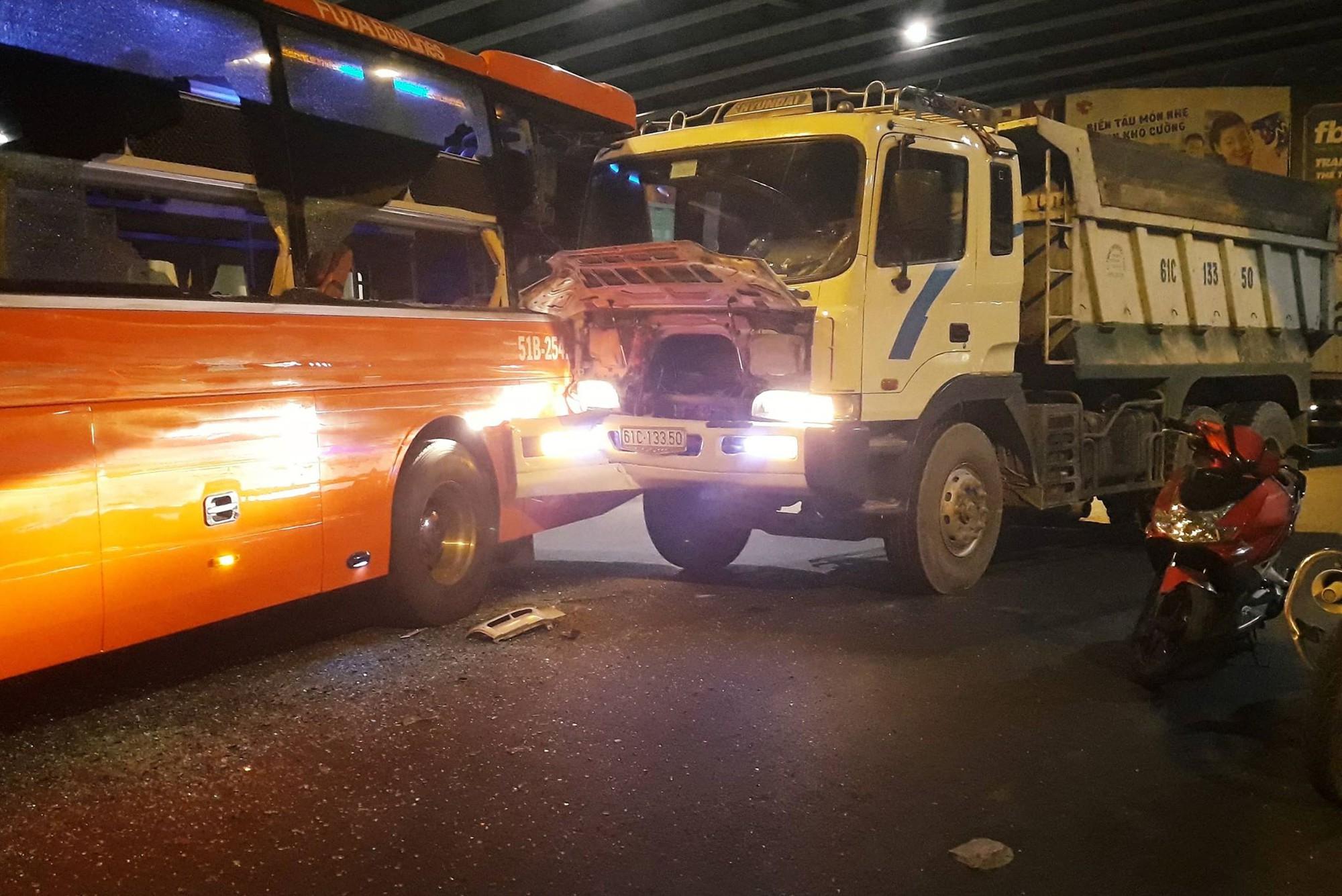 Xe giường nằm Phương Trang bị xe ben húc tại ngã tư Hàng Xanh, hành khách khóc thét kêu cứu-2