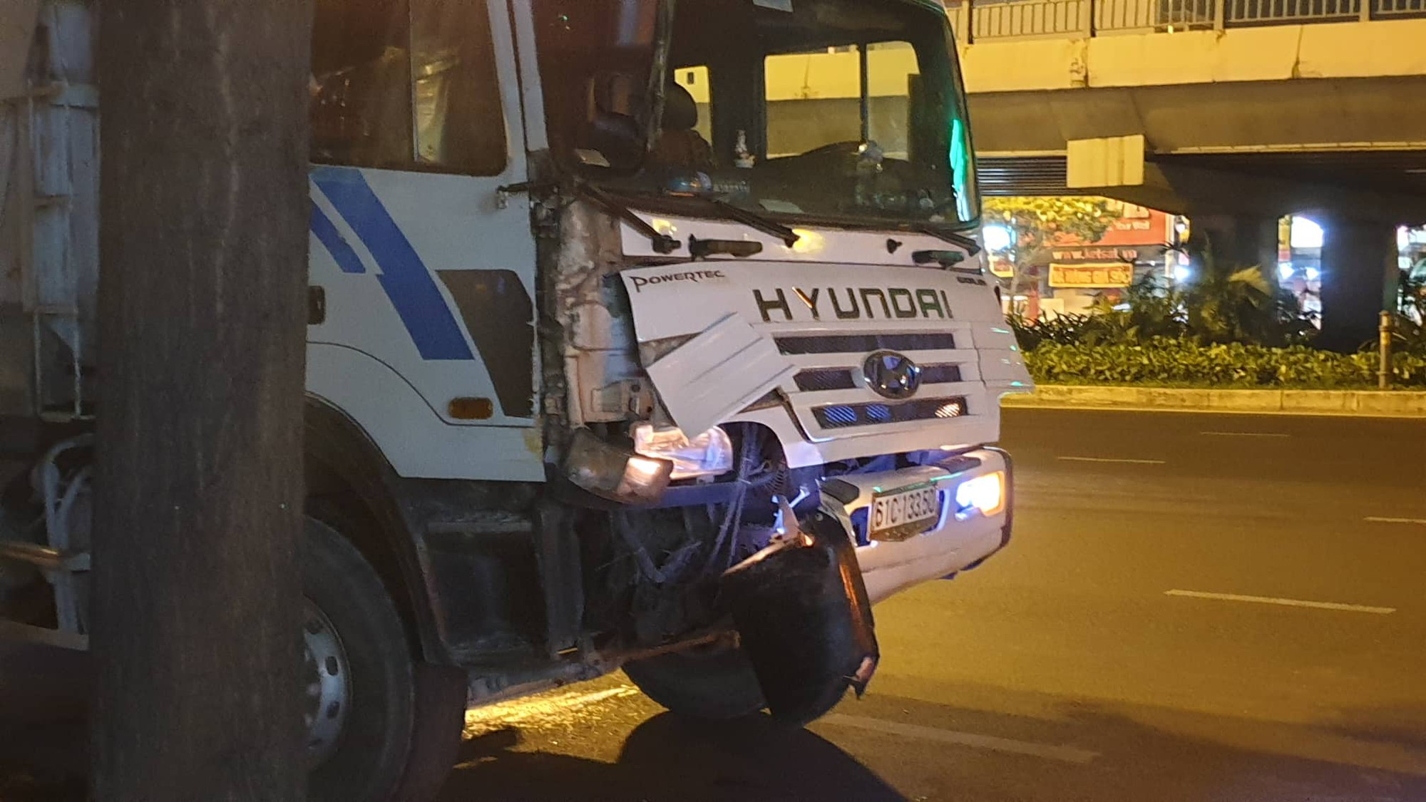 Xe giường nằm Phương Trang bị xe ben húc tại ngã tư Hàng Xanh, hành khách khóc thét kêu cứu-3