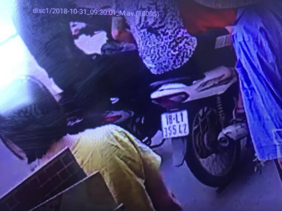 Hà Nội: Người phụ nữ đi xe máy bị 2 đối tượng áp sát đạp ngã sấp mặt xuống đường-1