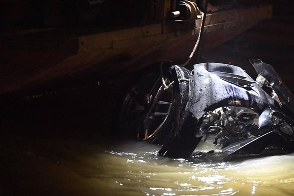 Xe Mercedes lao xuống sông Hồng: Một thi thể tay vẫn nắm chặt vô lăng-2