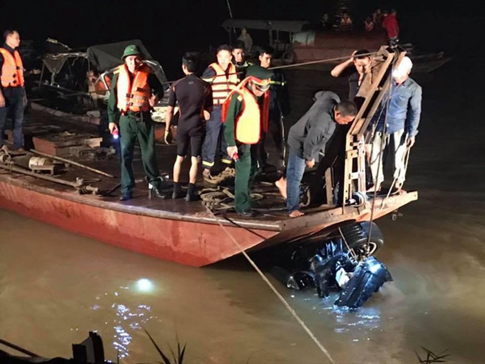 Xe Mercedes lao xuống sông Hồng: Một thi thể tay vẫn nắm chặt vô lăng-3