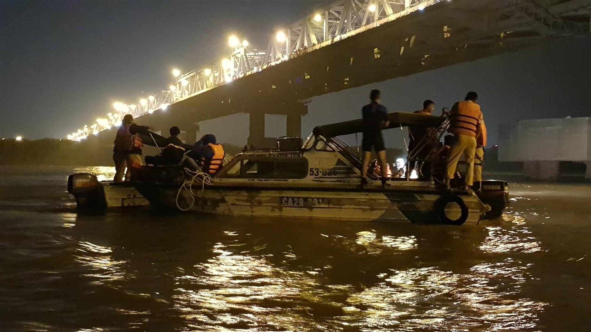 Xác định chủ xe Mercedes rơi từ cầu Chương Dương xuống sông Hồng-3