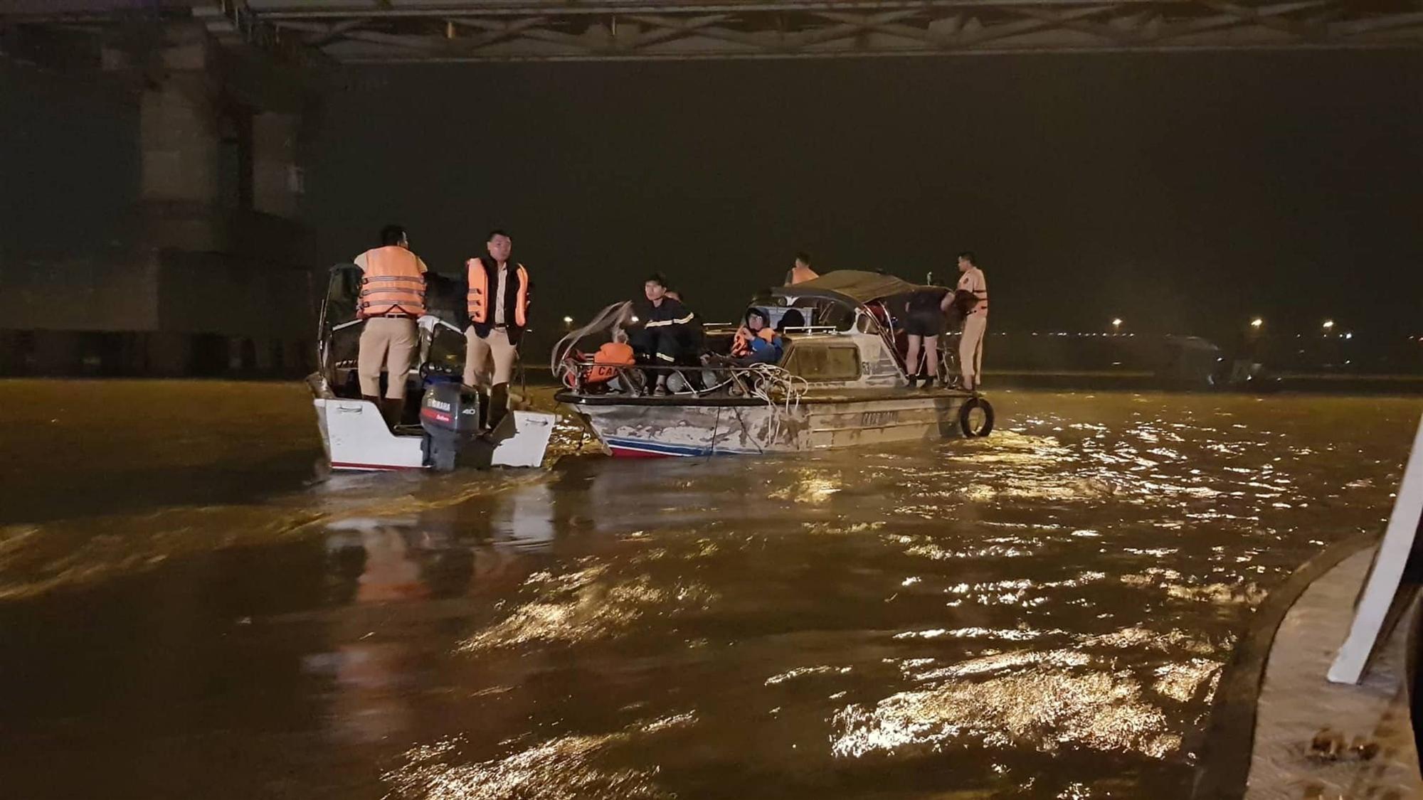 Xác định chủ xe Mercedes rơi từ cầu Chương Dương xuống sông Hồng-6