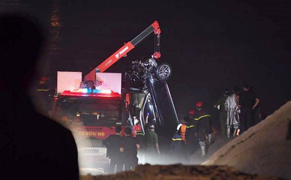 Danh tính nữ nạn nhân tử vong trong xe Mercedes rơi xuống sông Hồng-1