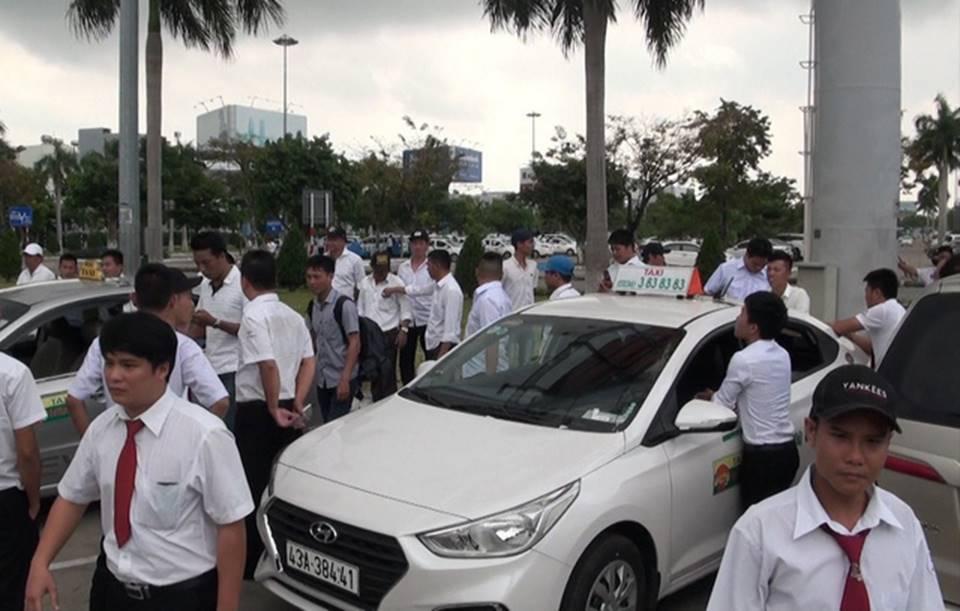 Hàng trăm tài xế taxi đình công, không đón khách ở sân bay-1