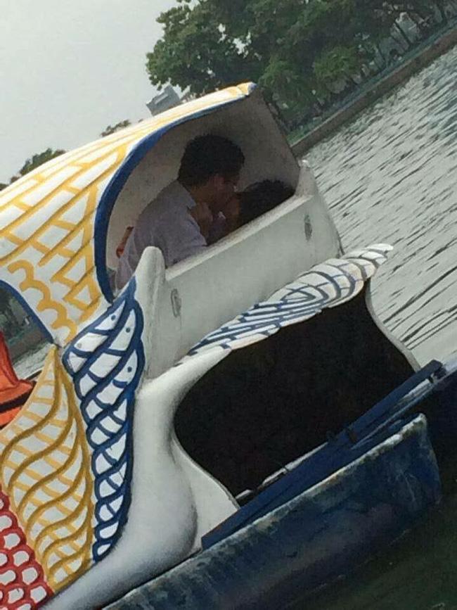 Phát hiện cặp đôi có hành động lạ khi đạp vịt giữa hồ, dân mạng hùa nhau cầu cho lật vịt-3
