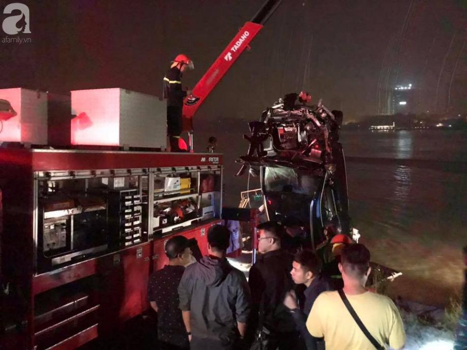 Người cầm lái chiếc xe Mercedes đâm sập lan can cầu Chương Dương rơi xuống sông Hồng không phải chủ xe-2