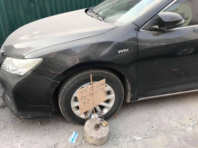 Hà Nội: Đỗ xe trên vỉa hè rồi bỏ đi mất, tài xế Camry được tặng thêm cục bê tông vào bánh trước-1