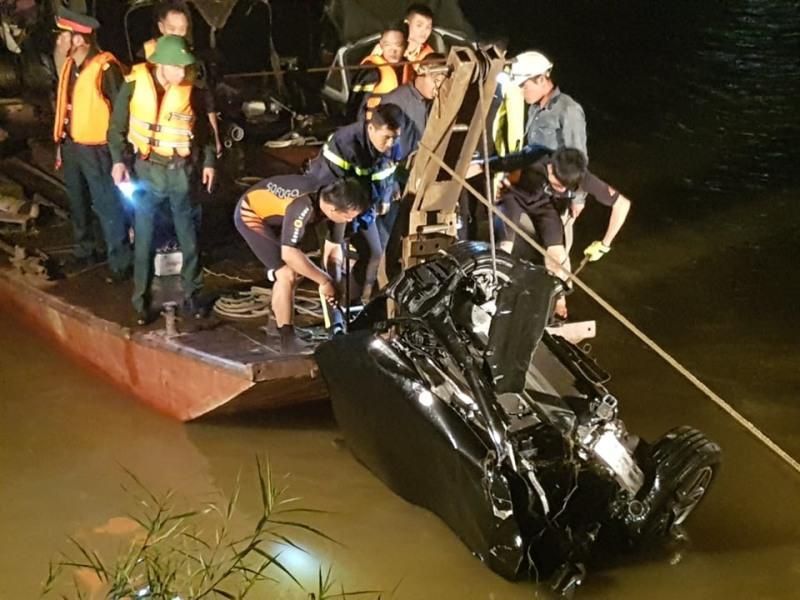 Hé lộ danh tính người cầm lái trong vụ ô tô Mercedes lao qua thành cầu Chương Dương-1