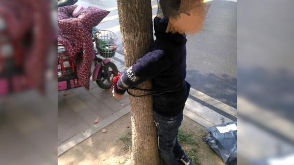 Cậu bé bị mẹ trói trước cổng trường vì không muốn đi học, biết chuyện cư dân mạng chỉ trích người mẹ vô trách nhiệm-1