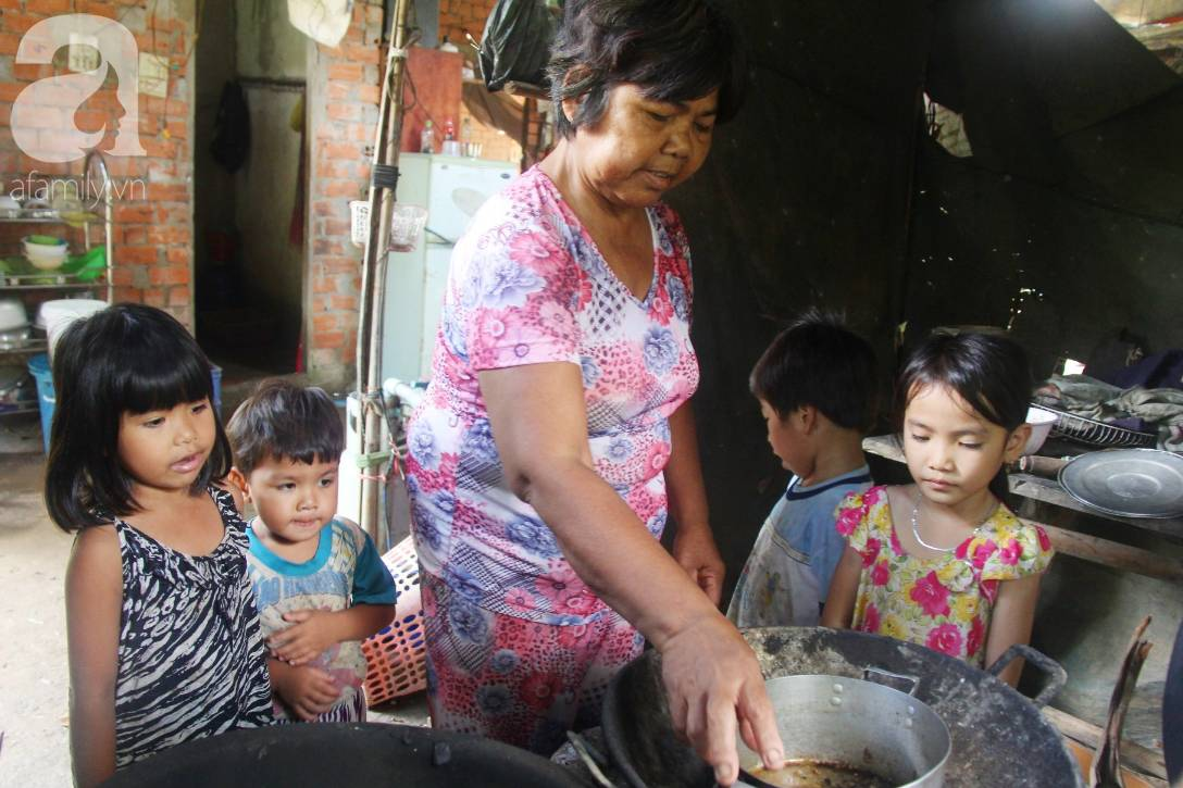 Bà đi lượm ve chai nuôi 11 đứa cháu cả nội cả ngoại bị bố mẹ bỏ rơi, đau ốm mà không có tiền chữa-7