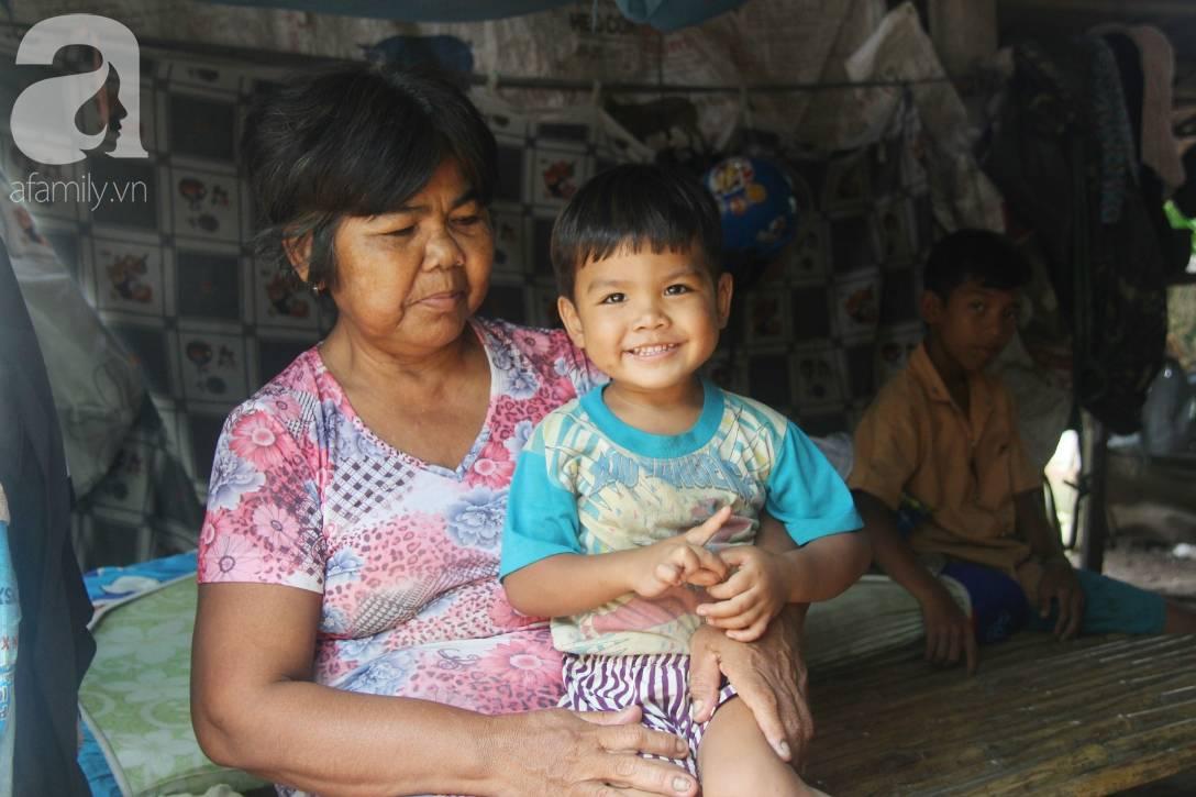 Bà đi lượm ve chai nuôi 11 đứa cháu cả nội cả ngoại bị bố mẹ bỏ rơi, đau ốm mà không có tiền chữa-17