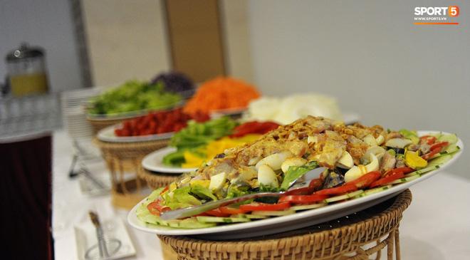 Bữa ăn đậm hương vị quê hương của các tuyển thủ tuyển Việt Nam khi đến Lào-7