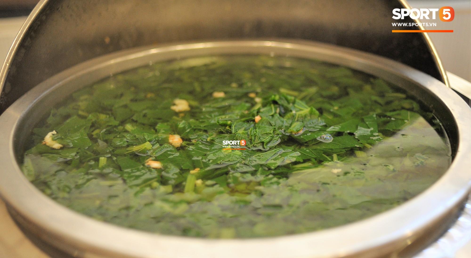 Bữa ăn đậm hương vị quê hương của các tuyển thủ tuyển Việt Nam khi đến Lào-10