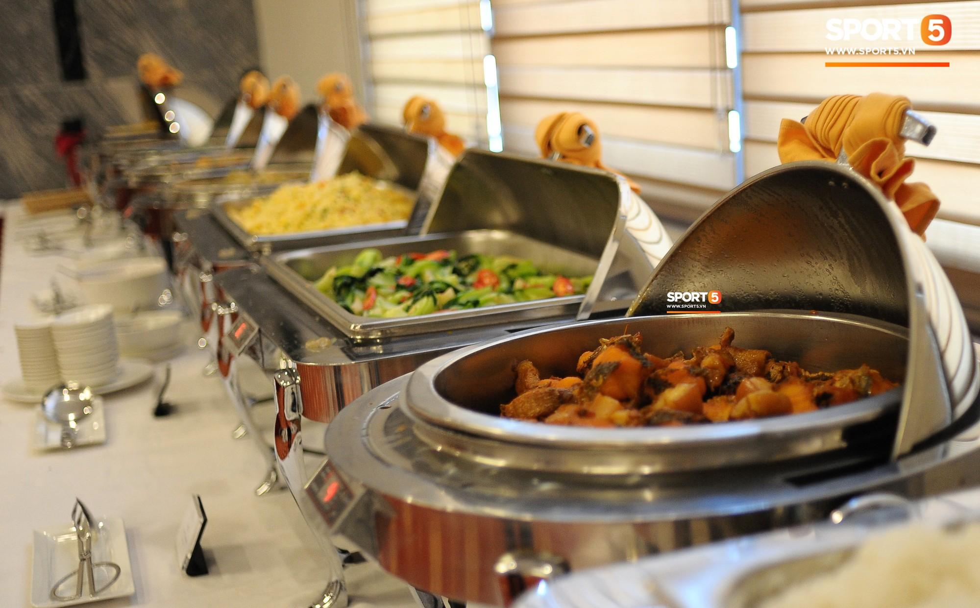Bữa ăn đậm hương vị quê hương của các tuyển thủ tuyển Việt Nam khi đến Lào-9