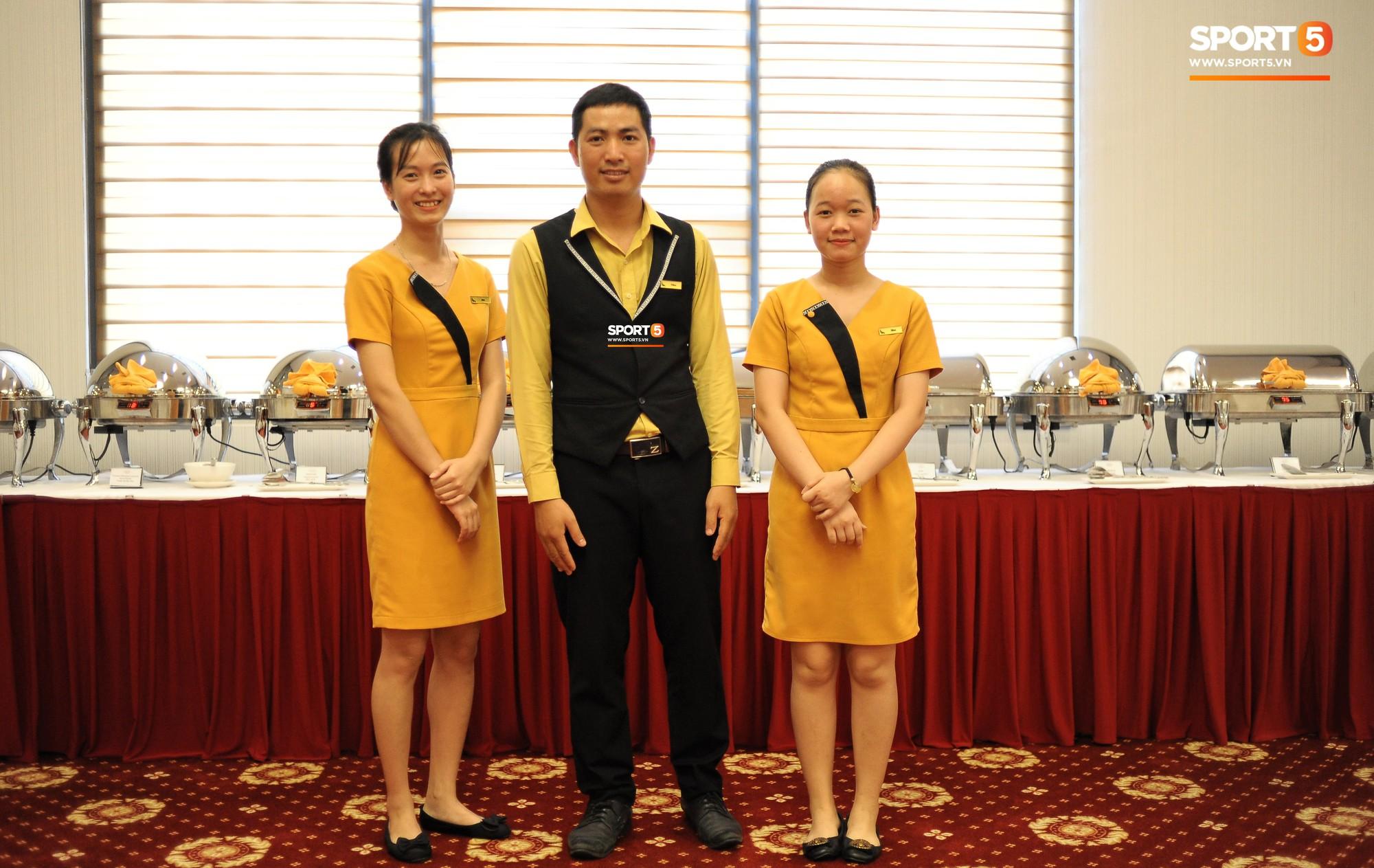 Bữa ăn đậm hương vị quê hương của các tuyển thủ tuyển Việt Nam khi đến Lào-15