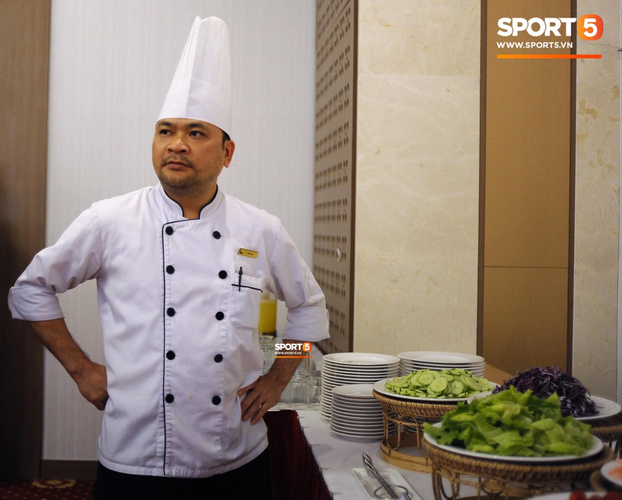 Bữa ăn đậm hương vị quê hương của các tuyển thủ tuyển Việt Nam khi đến Lào-3