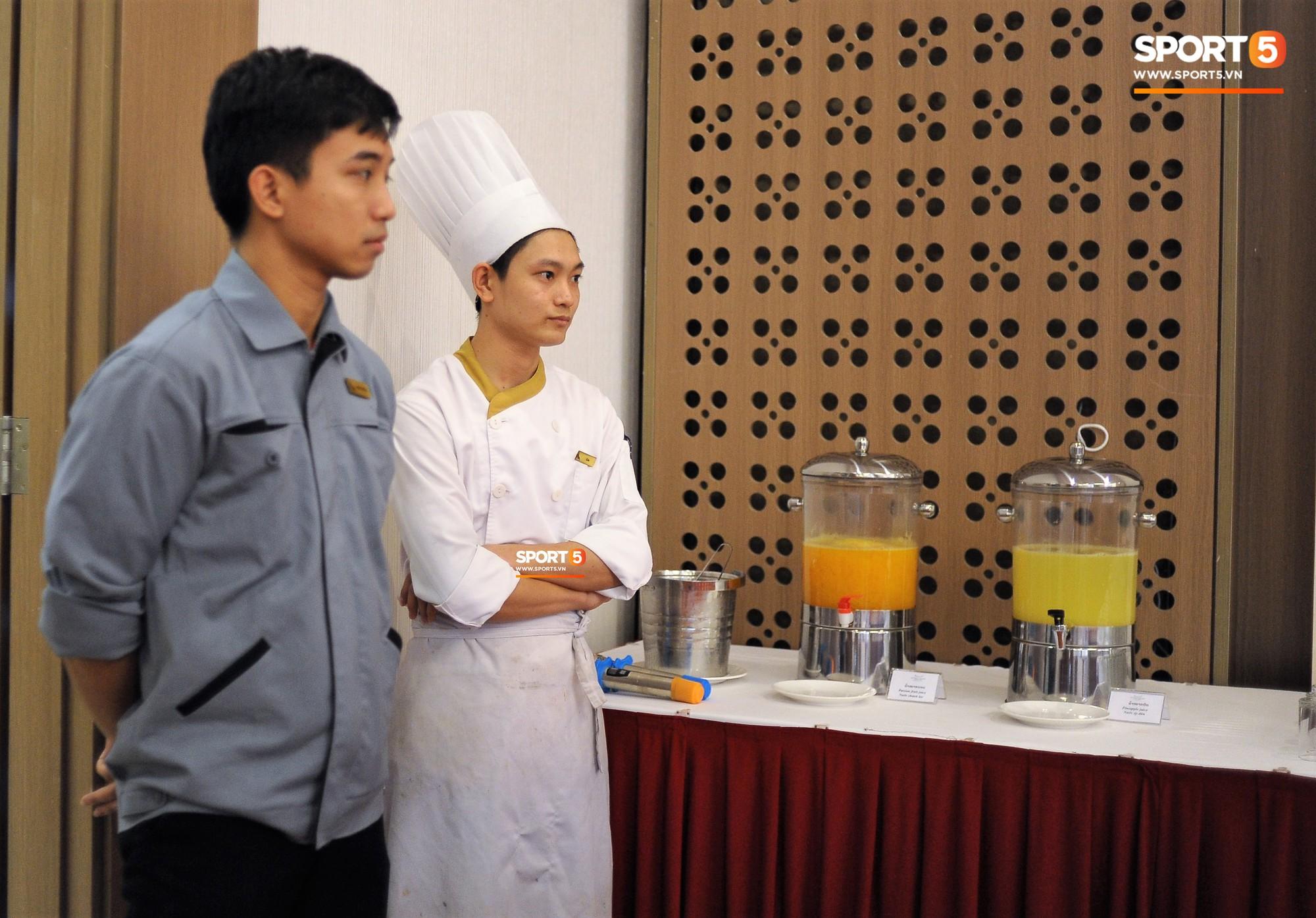 Bữa ăn đậm hương vị quê hương của các tuyển thủ tuyển Việt Nam khi đến Lào-14