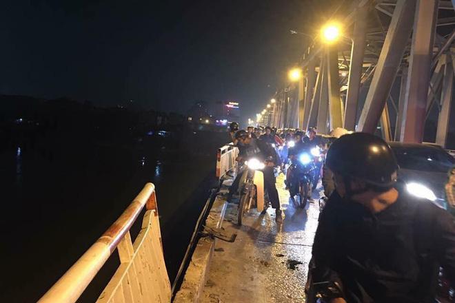 Vụ Mercedes đâm gãy thành cầu lao xuống sông Hồng: Tìm thấy CMND của 1 người đàn ông trên xe-1