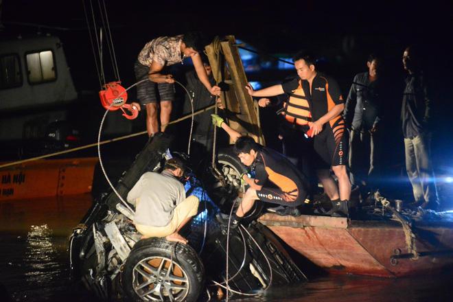 Vụ Mercedes đâm gãy thành cầu lao xuống sông Hồng: Tìm thấy CMND của 1 người đàn ông trên xe-2