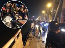 Vụ Mercedes đâm gãy thành cầu lao xuống sông Hồng: Tìm thấy CMND của 1 người đàn ông trên xe